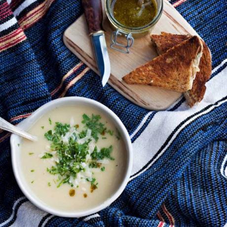 rostad-selleri-och-vitloksoppa-serveras-med-grilledcheese-toast-med-paron-och-adelost